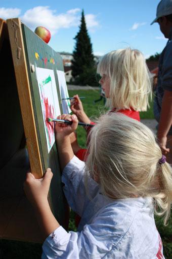 I tillegg lærer dei å lage saft, eplemost og dokumenterer prosjektet via ei utstilling i barnehagen. (Foto: Fruktdugnad.no)