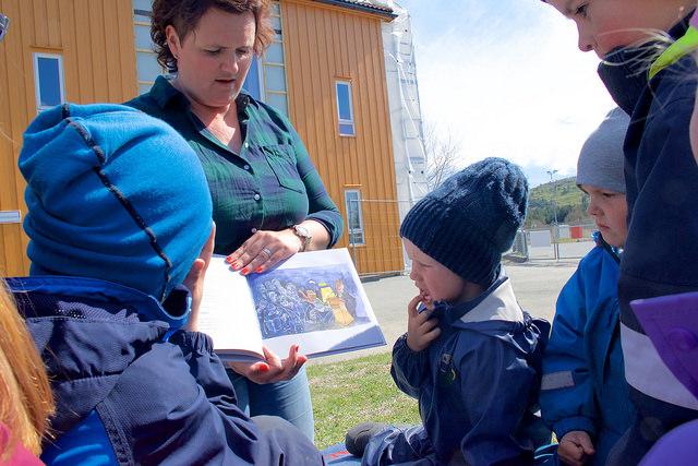 Jannicke Mæland les for borna i Espira Salamonskogen barnehage på Bømlo.