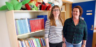Jannicke Mæland (t.h.) og Johanne Geitung Håvik viser fram biblioteket i Salamonskogen barnehage. Dei har kjøpt inn fleire nynorske barnebøker i år.