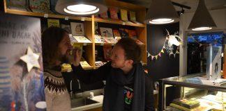 Roald Kaldestad og Trond Leirvik Onarheim teiknar på nasane til kvarandre og sel barnebøker.