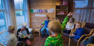 Talgje barnehage i Finnøy kommune har vore med på Nynorske lesefrø. Barnehagane som har vore med på dette prosjektet er flinkare til å lesa nynorsk for barna. Her er det Reidun Hagetrø Gard som les Henrik And. Foto: Ingunn Gjærde