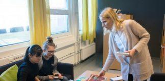 9.-klassingane Titti Josefine Nilsen (14) og Amalie Skogstø (14) ønskjer seg lengre opningstider og betre utval på biblioteket ved Håvåsen skule. Til høgre skulebibliotekar Else Margrethe Solbøe. Foto: Ingunn Gjærde