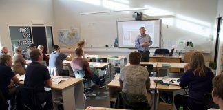 Petter Steen jr. har starta nynorskkurs for foreldre på Vikse skule i Sveio.