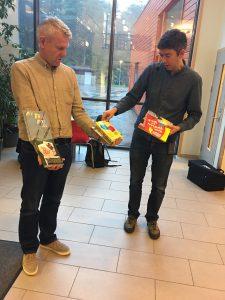 Rektor Lars Bakka tek imot nye bøker til biblioteket, frå redaktør Svein Olav Langåker. Foto: Janne Nerheim