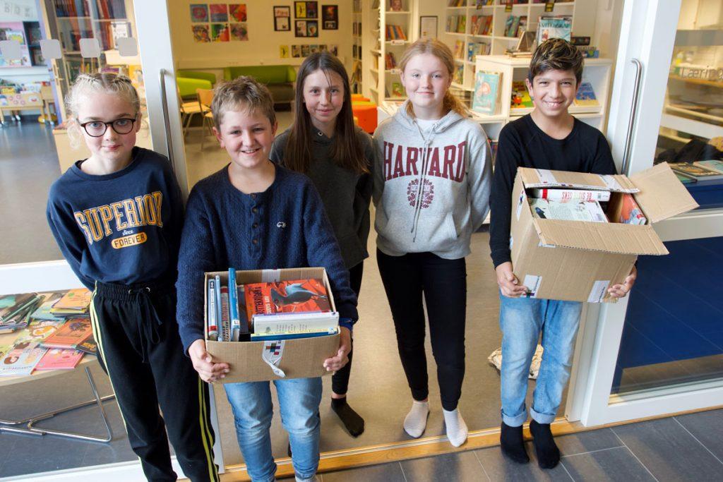 Hildegunn Olsen Aadland (12), Ørjan Havn Nesbø (12), Salute Jusciute (12), Hanne Rimmereid (12) og Markus Thomassen (12) seier dei ofte ser på framsida av boka når dei finn ut kva bok dei vil låna.