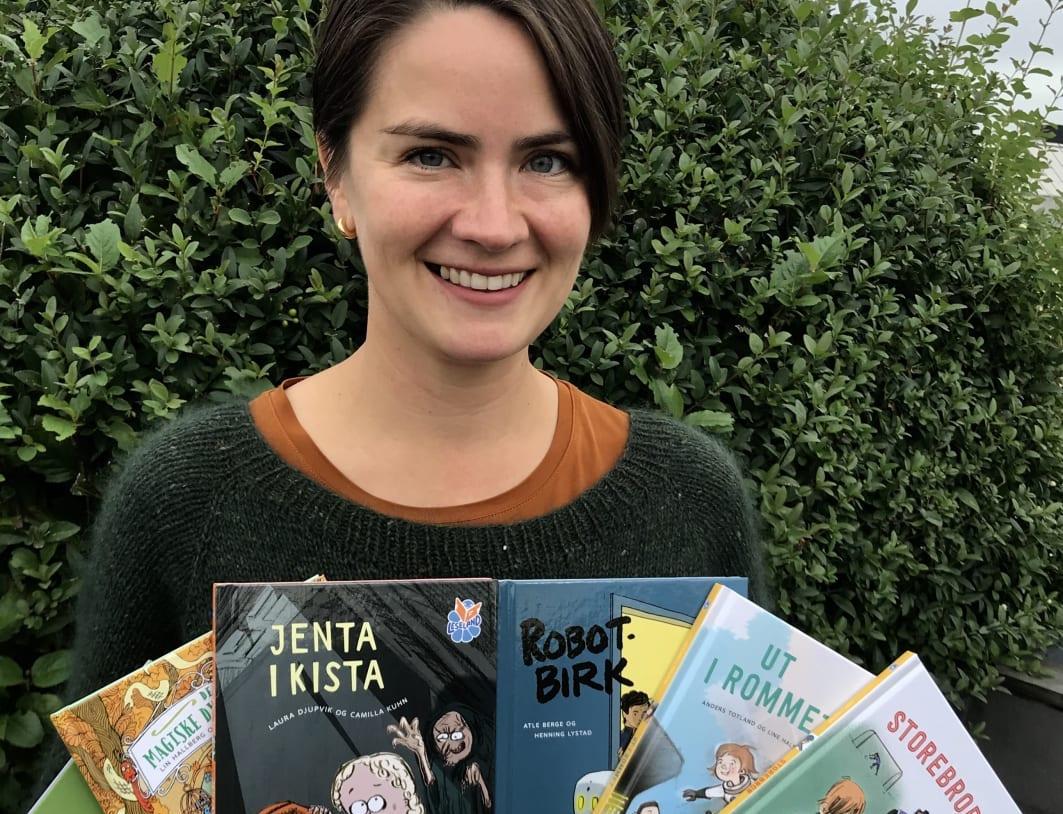 Redaktør Elen Betanzo med dei seks nye Leseland-bøkene. Foto: Samlaget