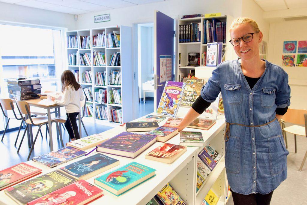 Silje Vågen Torbjørnsen vil gjerne ha fleire bøker på nynorsk på skulebiblioteket på Rimbareid barne- og ungdomsskule i Fitjar. Foto: Svein Olav B. Langåker