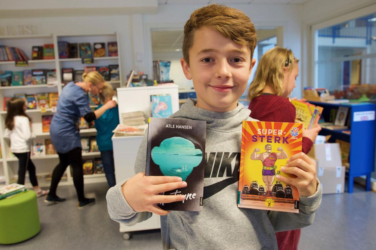 William Andre Hatlevik Helland (9) likar seg på skulebiblioteket på Rimbareid barne- og ungdomsskule. Foto: Svein Olav B. Langåker