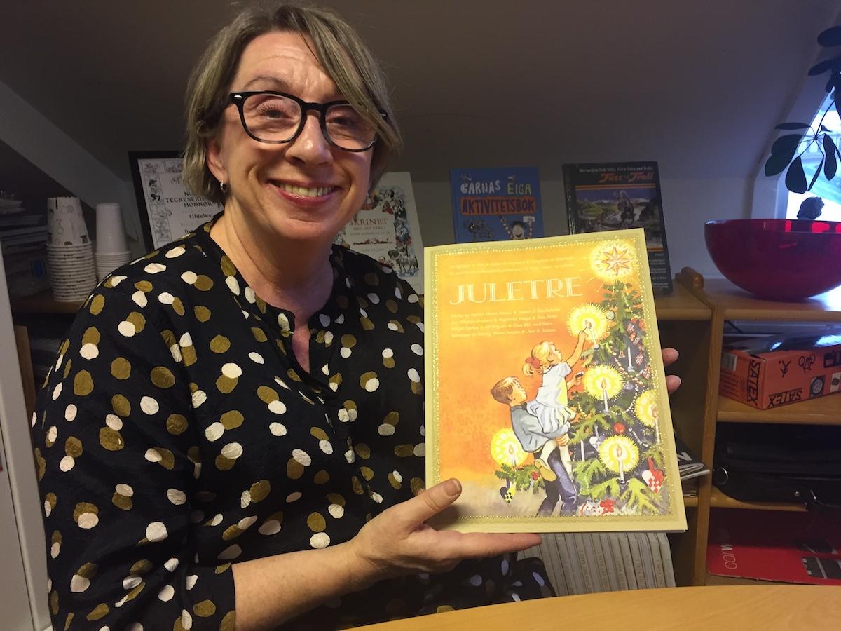 Redaktør Nana Rise held fram det nye juleheftet.